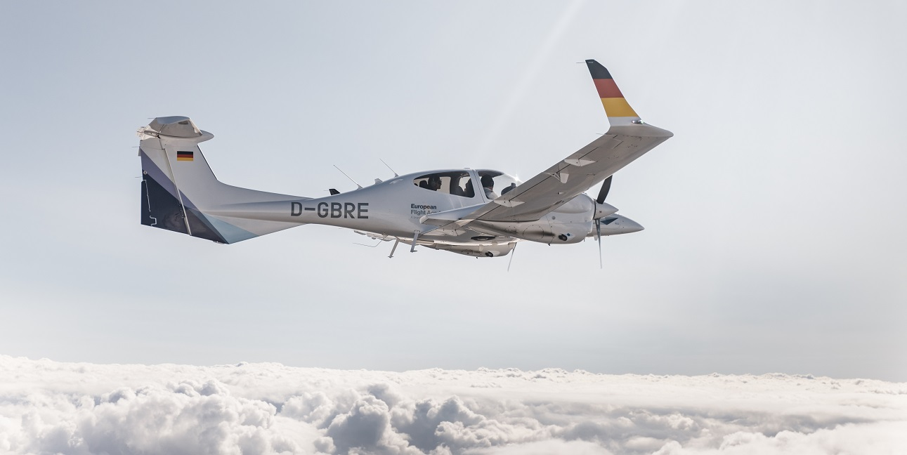A training aircraft of the European Flight Academy during the landing approach at the airport Phoenix/Arizona (USA)