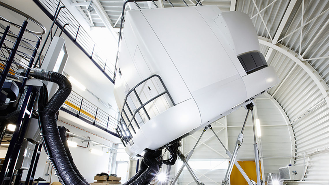 Ein Full Flight Simulator in Bewegung